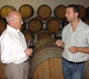 Bruno Gottardi und Mattia Filippi im Fasskeller bei der Verkostung.