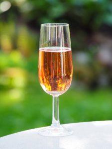 Ein Glase Mailly Champagne Brut Rosé für die Liebste.