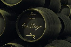 Sherry wird im Solera-Verfahren ausgebaut und verschnitten: Dabei werden drei bis fünf Reihen von kleinen Holzfässern übereinander gelagert, und nur zu Zweidrittel gefüllt. Der Wein für die Füllung der oberen wird der untersten entnommen und hier wird Jungwein aufgefüllt. Der so über die Jahre stattfindende Verschnitt ist die Basis für eine einheitliche Qualität.