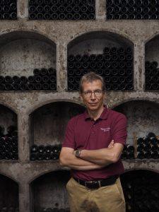 Alexander Gottardi im Weinkeller in Mazzon