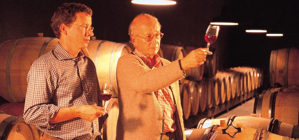 Alexander (li.) und Bruno (re.) Gottardi im Keller beim Verkosten
