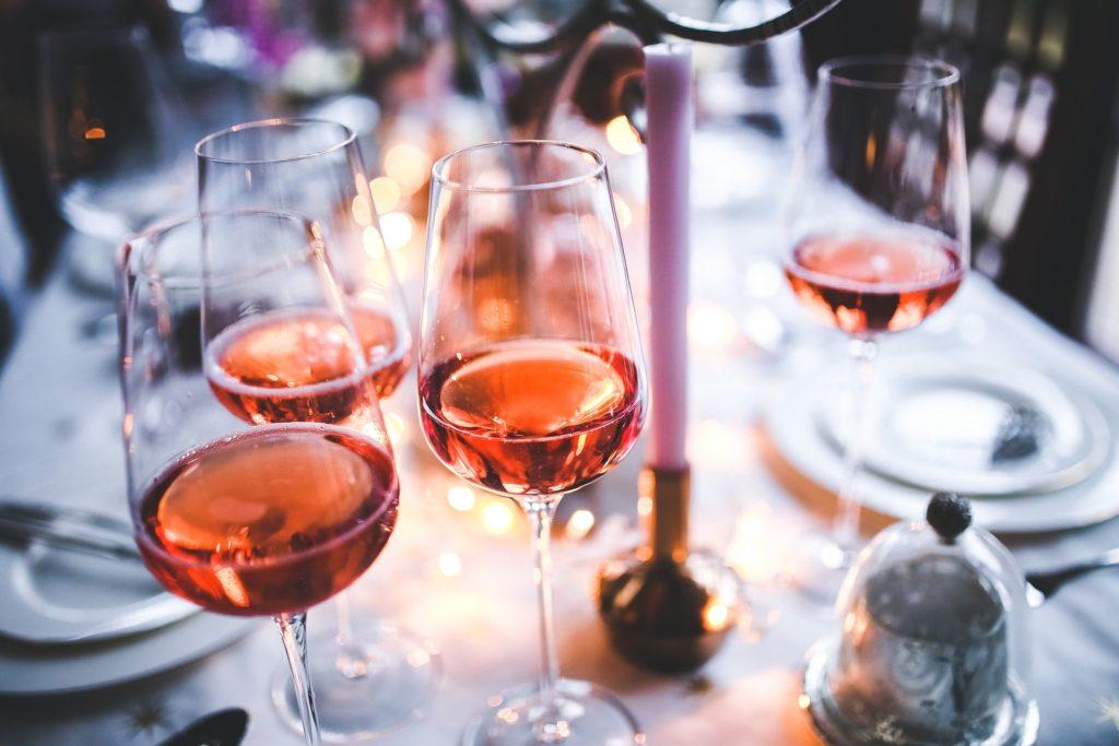 Anstoßen mit einem herrlichen Rosé von Montlobre.
