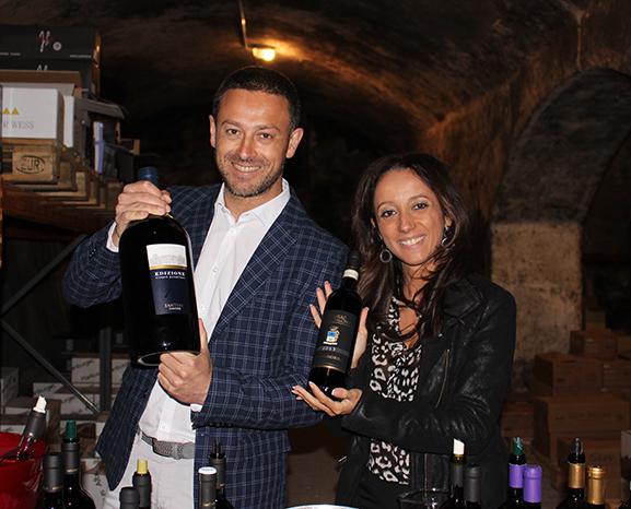 Präsentieren ihren Weinstand: Giuseppe A. Burruano (Fantini) und Luzia Ciacci (Collosorbo).