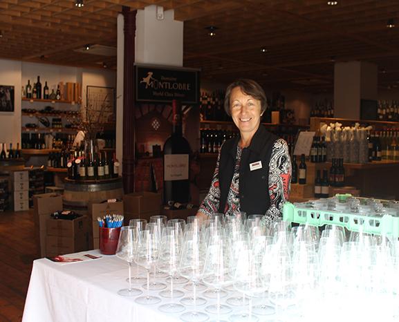 Veronika Scharmer vom Gottardi-Team begrüßte die Gäste und versorgte sie mit einem Verkostungsglas