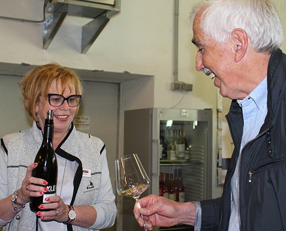 Weinberatungsprofi Eva Haller am Gottardistand.