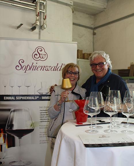 Beim Gläserstand: Eva Haller und Gerhard Illek von Sophienwald.