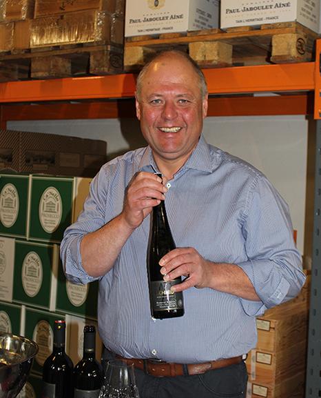 Winzer Josef Schmid mit einem seiner edlen Weine in Hönden.