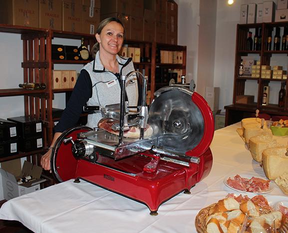 Aus dem Gottardi-Team versorgte Claudia Haas die Gottardi-Kunden mit Prosciutto, Parmesan und Co.