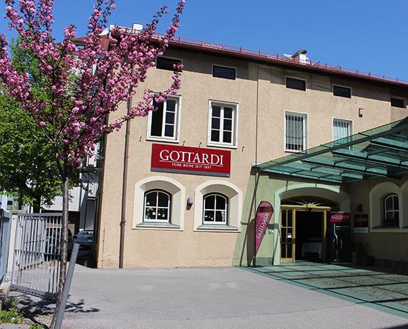 Auch von außen frühlingshaft: Die Vinothek Gottardi mit blühendem Kirschbaum