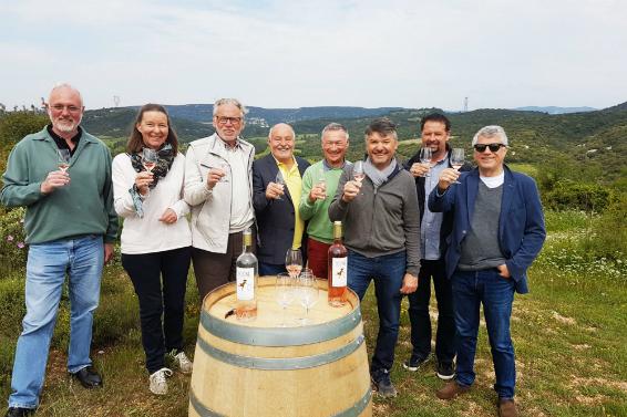 Weinfreunde beim Verkosten im Weinberg.