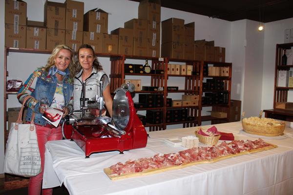 Warten gemeinsam auf den Ansturm auf Prosciutto & Co: Claudia Haas, Gottardi Buchhaltung, mit Freundin Christine Moser.
