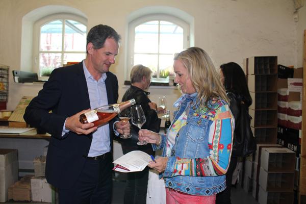 Ein Gläschen Rosé Champagner aus dem Hause Mailly – so lässt es sich gut starten. Im Bild: Xavier Millard von Mailly Champagne und Gottardi-Kundin Christine Moser.