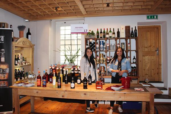Dieses Mal für Hochprozentiges verantwortlich: Gottardi-Weinberaterin Claudia Schneider im Bild mit Romina Ratgeber von Gottardi & Partner.