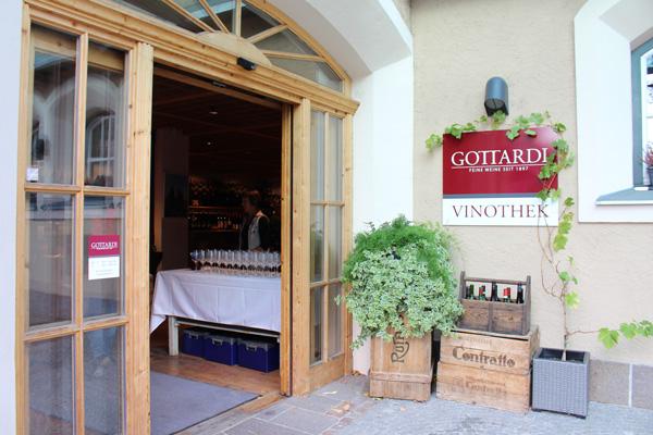 Einladend ist der Eingang zur Vinothek © Gottardi