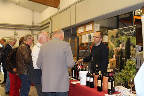 Lukas Schmittner präsentiert die Weine vom Weingut Toggenburg.