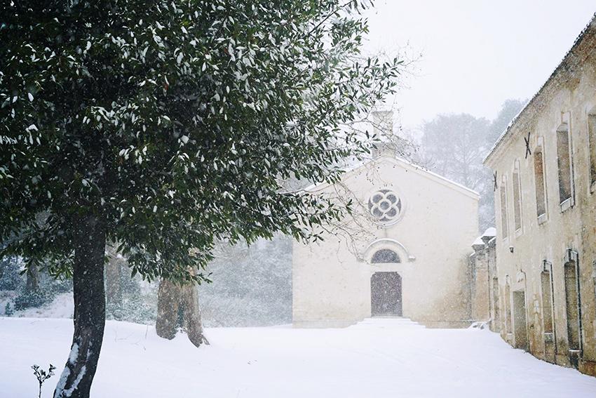 Auch der Süden Frankreichs hat sich in ein Winterwunderland verwandelt - im Bild: Der Barrique Keller der Domaine Montlobre bei Montpellier, der früher als Kapelle dem Gebet und nicht dem Wein vorbehalten war.