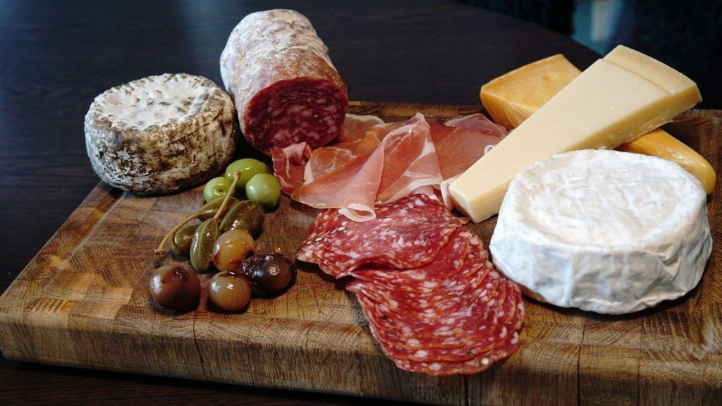 Passt perfekt: Weine aus der Toskana zu Salami, Oliven & Co. © Pixabay