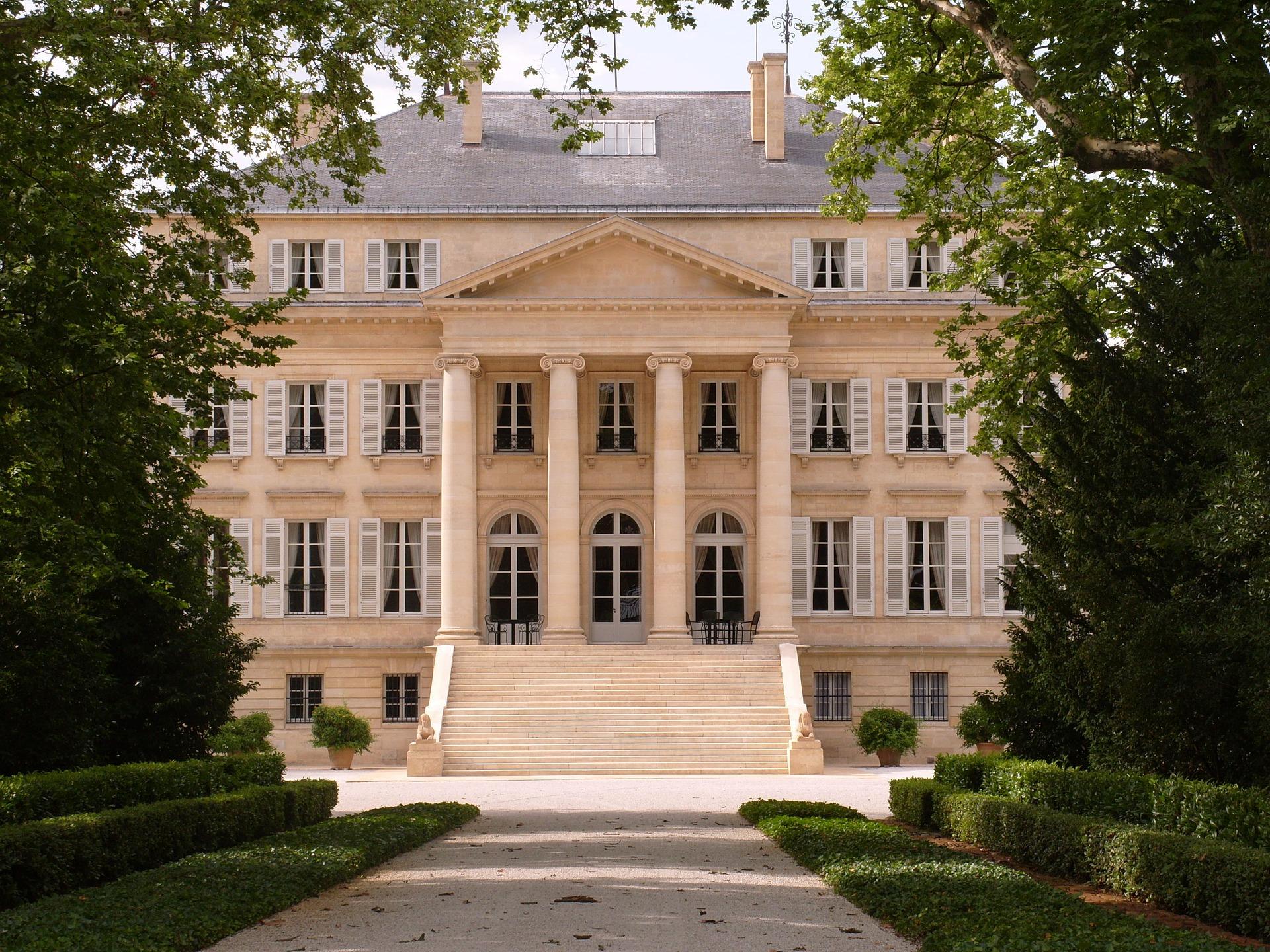 Weine zum Preis eines Schlosses? Mitnichten. Man findet auch gut gelungene und erschwingliche Bordeauxweine, wenn man nur richtig sucht. © Pixabay