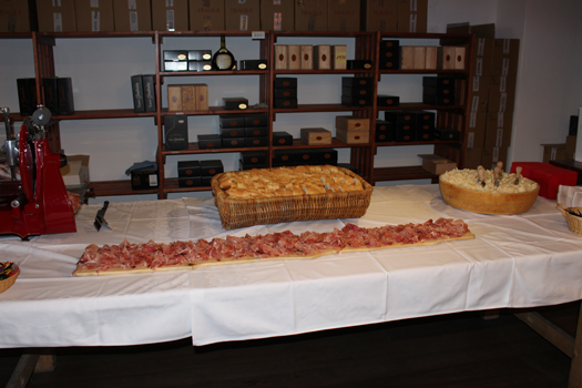 Prosciutto, Brot und Parmesan stehen als kulinarisches Beiwerk bereit.