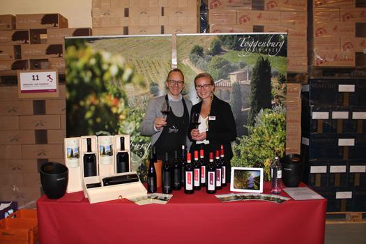 Juniorchefin Lisa Gottardi und Lukas Schmittner vom Weingut Toggenburg haben bereits am Stand Stellung bezogen und warten nur noch auf die Gottardis Stammkunden.