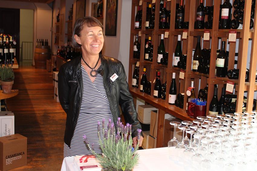 Gottardi-Kundenbetreuerin Veronika Scharmer begrüßt mit Charme und guter Laune die Gäste bei der Gottardi Frühjahrsverkostung 2019 und hält für jeden Weinfreund Glas und Verkostungsprotokoll bereit.