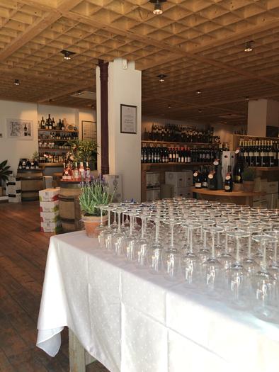Die Gläser stehen in Reihe und Glied, bereit für viele Verkostungsgäste bei der Frühjahrsverkostung 2019.
