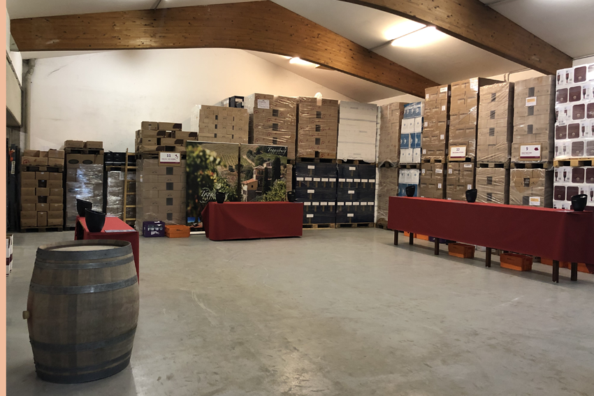 Zuerst wird in der großen Halle Platz geschaffen für die verschiedenen Weinstände der Verkostung. Gottardis Lager-Team sorgt aber nicht nur für Platz sondern auch für hübsche Darbietungstische, praktische Brotkorbablagen in Form von Weinfässern und für das richtige Equipment an den Ständen - vom Korkenzieher, über Drop-Stops und Kübel.