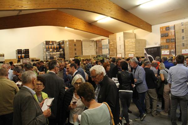 Weinliebhaber und -genießer aus ganz Tirol sorgten für ein volles Haus.