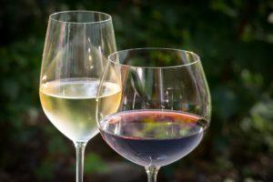 Weißweine werden am besten bei 10 °C und Rotweine bei 13°C gelagert.