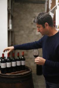 Damien Michel mit dem Paradewein aus seinem Keller.