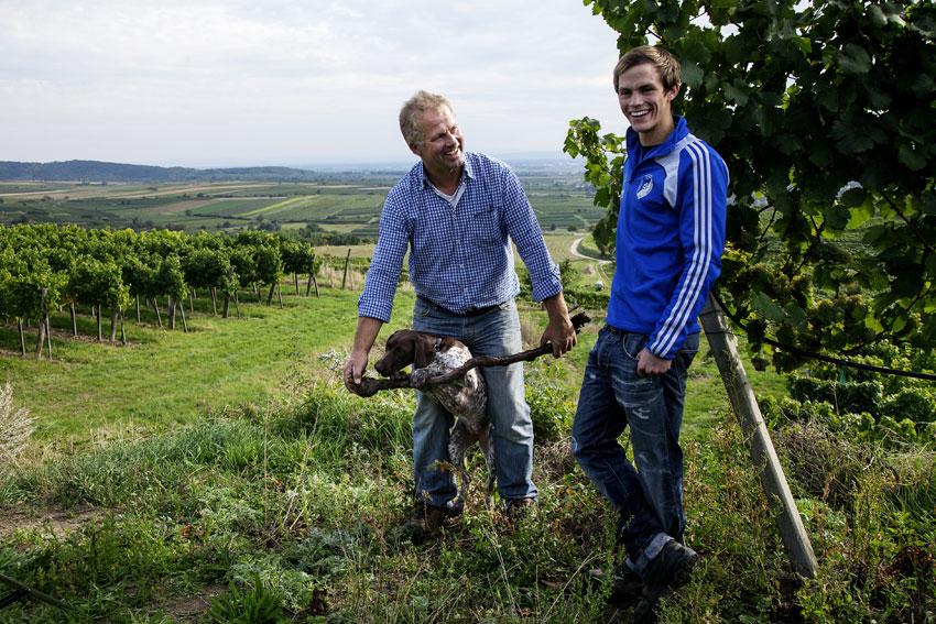 Blick über das Kamptal mit Erich und Lorenz Haas vom Weingut Allram.