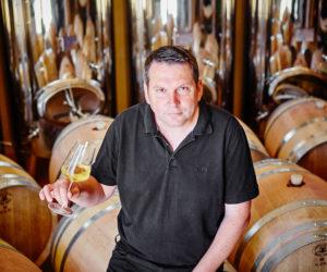 Anton Bauer in seinem Weinkeller.