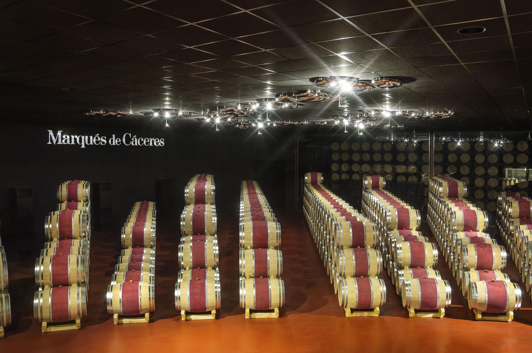 In diesem edlen Weinkeller reift der große Gaudium von Marqués de Cáceres zur Vollendung.