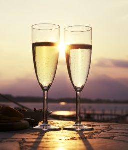 Urlaubsfeeling entsteht - mit einem prickelnden Glas Cava Brut.© Pixabay