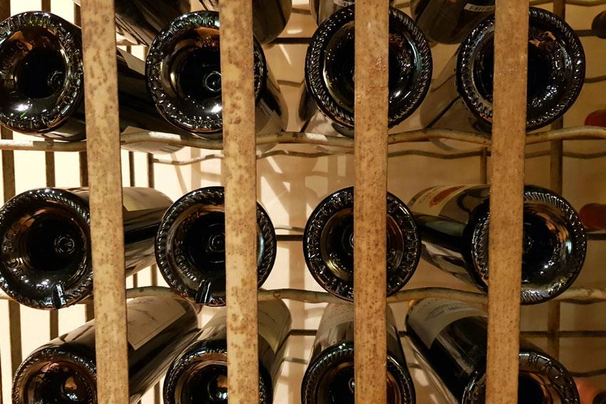 Weinregal mit Bordeaux-Weinen
