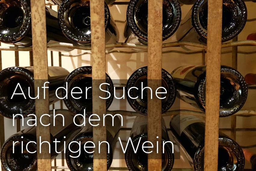 Ein gut sortiertes Weinregal hilft bei der Suche nach dem richtigen Wein.