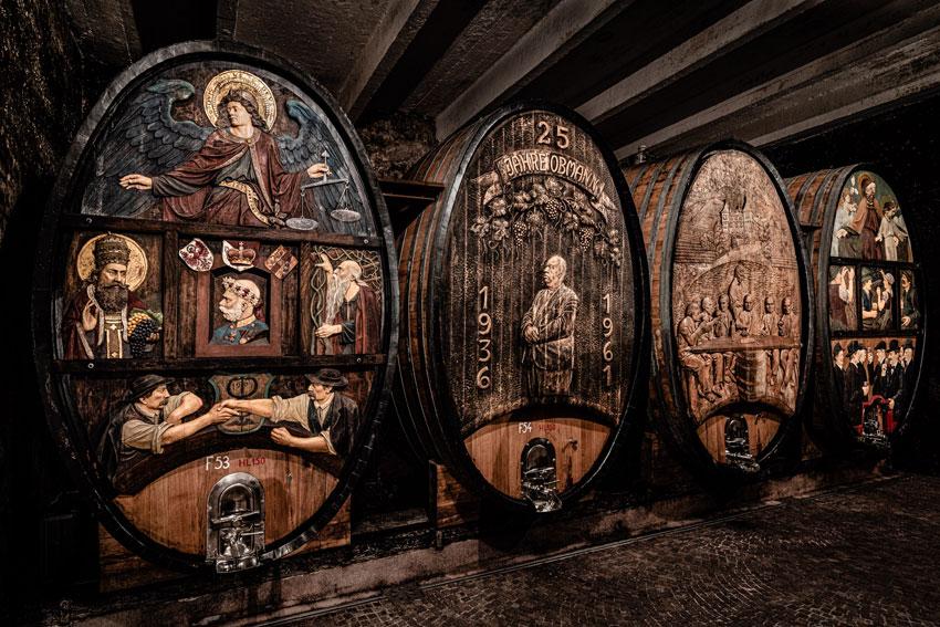 Im Keller beeindrucken die traditionellen großen Holzfässer mit ihren schönen Schnitzarbeiten ©Kellerei St. Michael-Eppan Landw. Gesell. Gen.