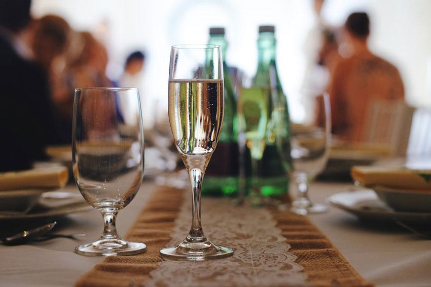 Macht auch in Rosé eine tolle Figur: edler Champagner zum Anstoßen auf das große Festtagsmenü!