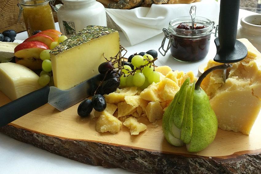 Käse schließt den Magen, sagt man. In unserem fall öffnet er in KOmbination mit einem guten Rotwein auf jeden Fall den Gaumen für eine herrliche Aromenvielfalt.
