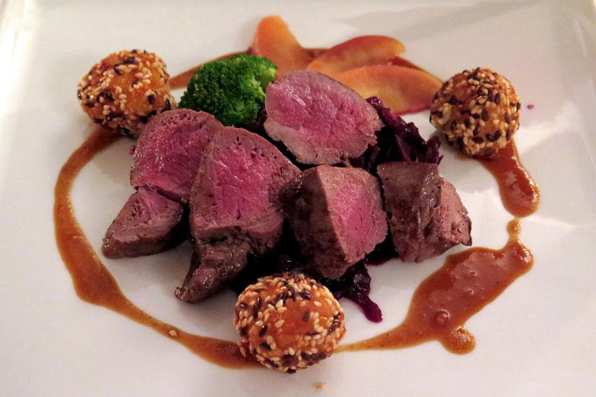 Was für Wilde: Ein Stück feines Rehfilet mit Gemüsearrangement und abgestimmter Rotweinsauce.