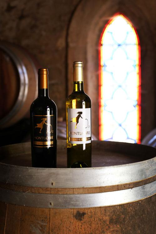Ob in Weiß oder in Rot - Der Tête du Cuvée von Montlobre ist in jeder Farbe ein absoluter Hochgenuss und kommt durch uns aus der Kapelle von Montlobre direkt auf Ihren Tisch! ©BLB Vignobles