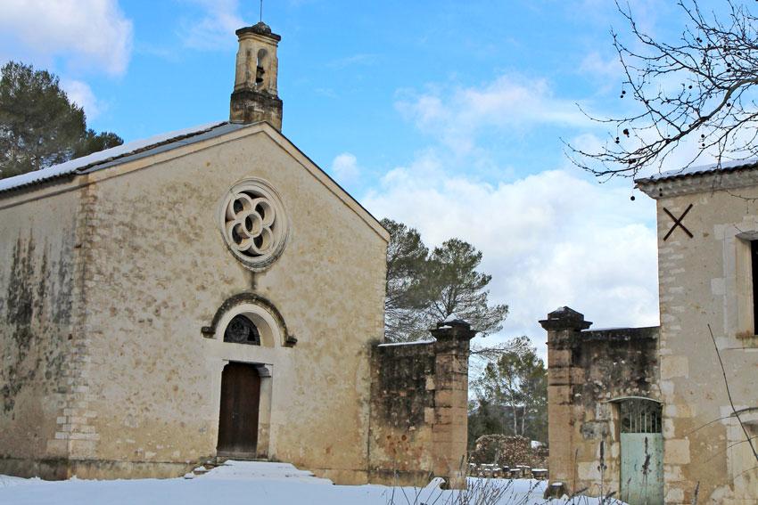Auch im Winter verliert die von außen schlichte Kapelle der Domaine Montlobre nicht ihre Wirkung. ©BLB Vignobles