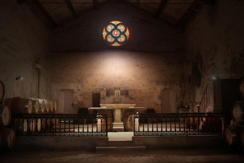 Sakral und weinseelig zugleich: die beeindruckende Kapelle der Domaine, die heute als Barriquekeller edlen Weinen einen ruhigen Platz für ihre Entwicklung gibt.