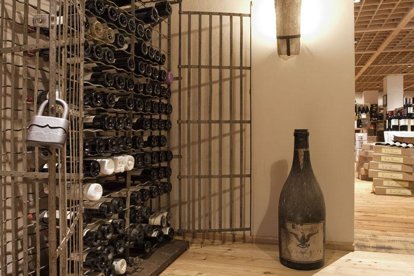 Weinschrank in der Vinothek Gottardi mit exklusiven Raritäten.