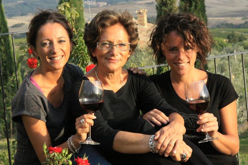 Lucia, Giovanna und Laura Ciacci mit einem Glas Wein in der Hand.